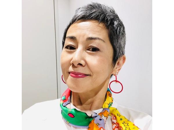 池田まきこさんグレイヘアのファッション