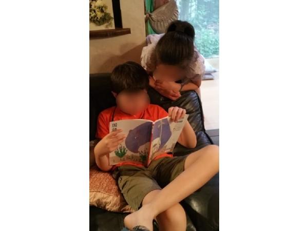 音読の宿題に取り組む従兄妹を心配そうにのぞきこむ体験入学4年目の孫