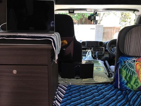 キャンプカー座席周辺