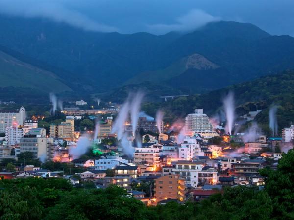 「別府八湯」鉄輪温泉:泉都・別府市の象徴、湯けむりが立つ光景に初めての人は誰もが驚く