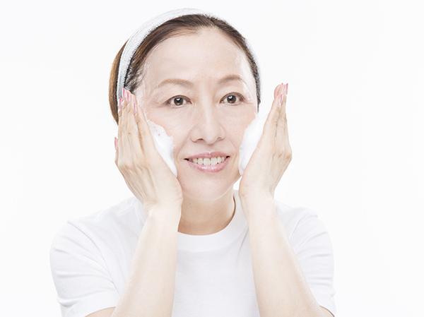 洗顔の様子(撮影=中西裕人、モデル=桂智子、ヘアメイク=小島けさき)