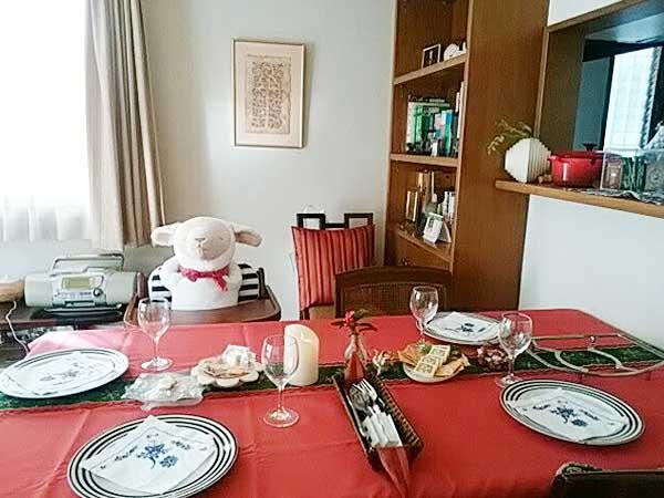 メル君(左側にすわっているぬいぐるみ)と、とある日のテーブル