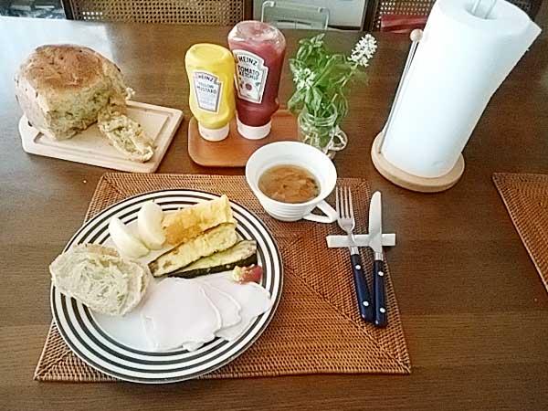 「三種の神器」のひとつ、圧力鍋で作ったスープとベジパン(ざく切りの生ブロッコリーを投入して作る!)の朝食